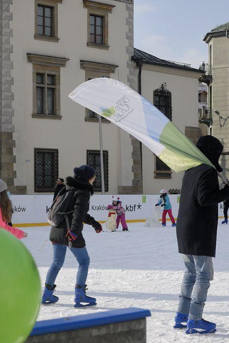 Łyżwiarze jeździli w obronie zimy – relacja z klimatycznej zabawy na ślizgawce na krakowskim Kazimierzu